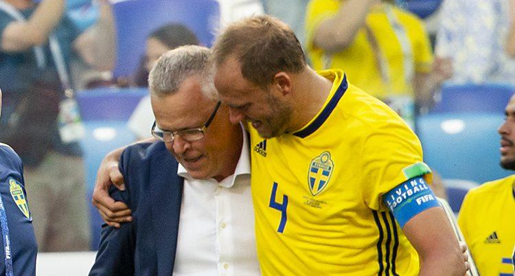 Spelaren Andreas Granqvist i sin gula match-tröja håller armen om tränaren Janne Andersson efter förra matchen i VM.