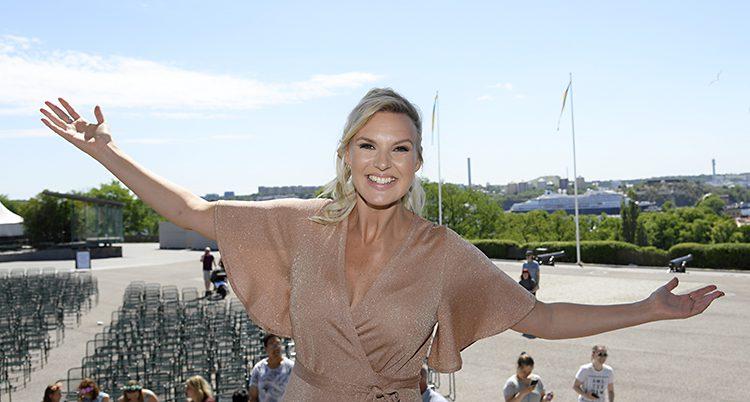 En glad Sanna Nielsen på Skansen.