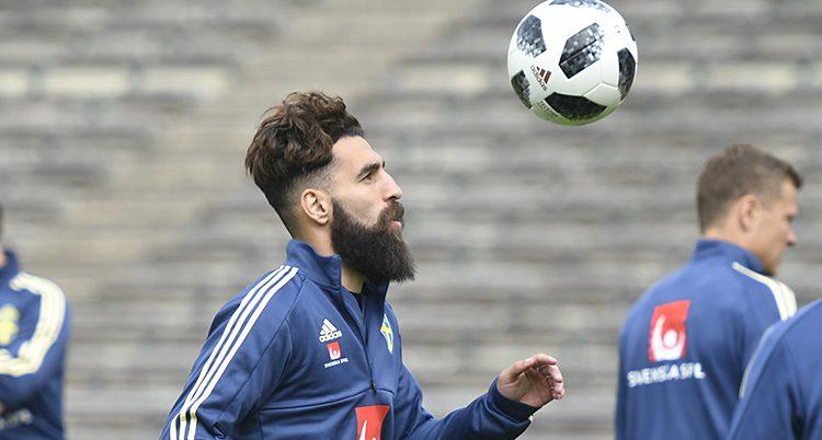 Fotbollsspelaren Jimmy Durmaz tränar med en boll på en fotbollsplan.