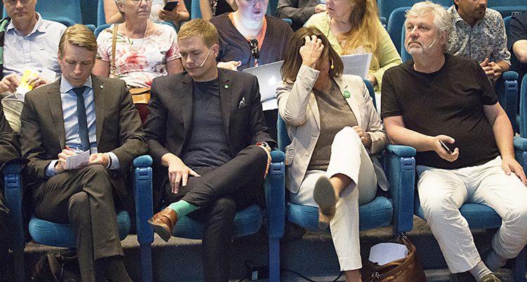 Fyra politiker i Miljöpartiet sitter bredvid varandra på stolar i en kongresslokal.