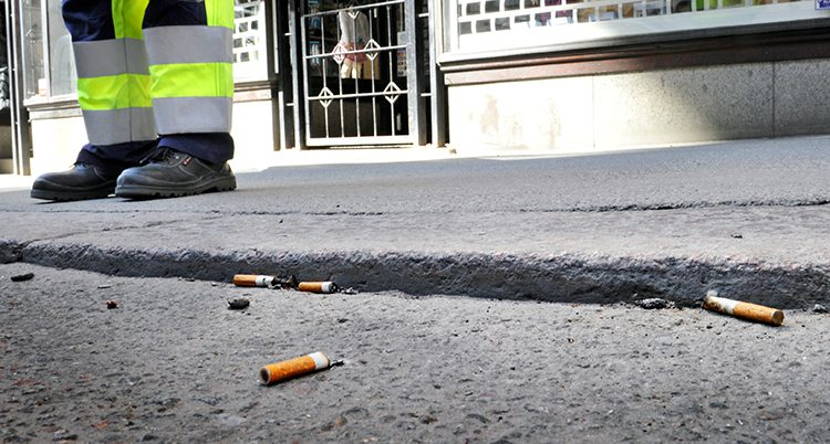 Några fimpar ligger kastade på en gata