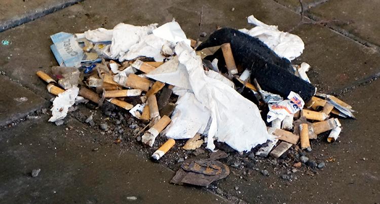 fimpar, snus och skräp ligger på marken
