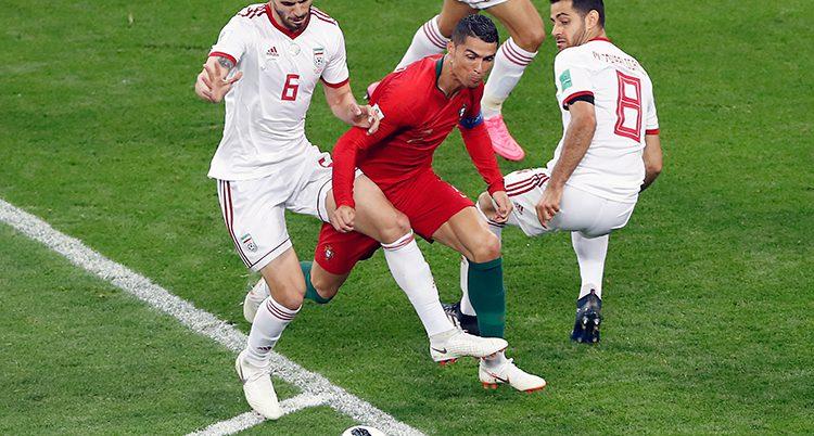 Ronaldo tar sig fram mellan iranska backar.