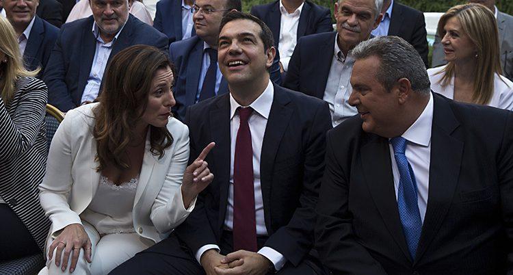 Tre grekiska politiker sitter och pratar med varandra.