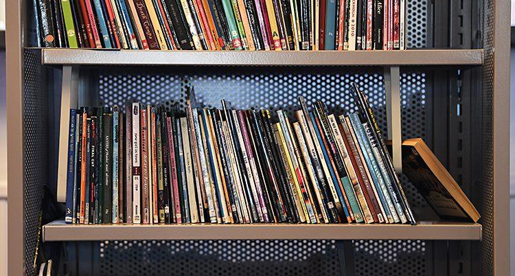 Böcker som står i en bokhylla.
