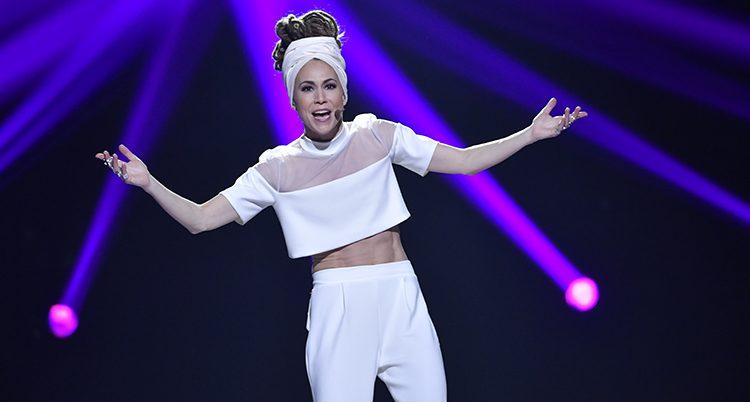 Mariette Hansson sjunger på en scen.