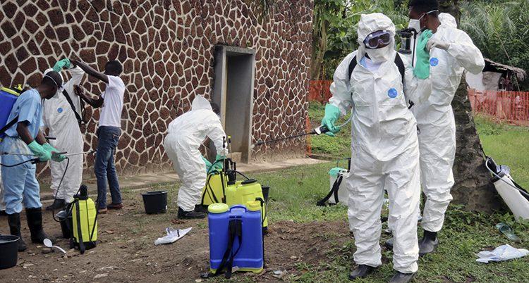Människor i skyddskläder som arbetar med ebola.