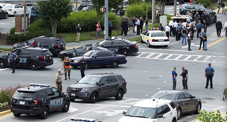 Poliser och polisbilar i en vägkorsning.
