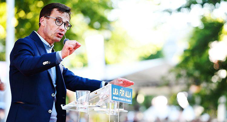 Ulf Kristersson i en talarstol