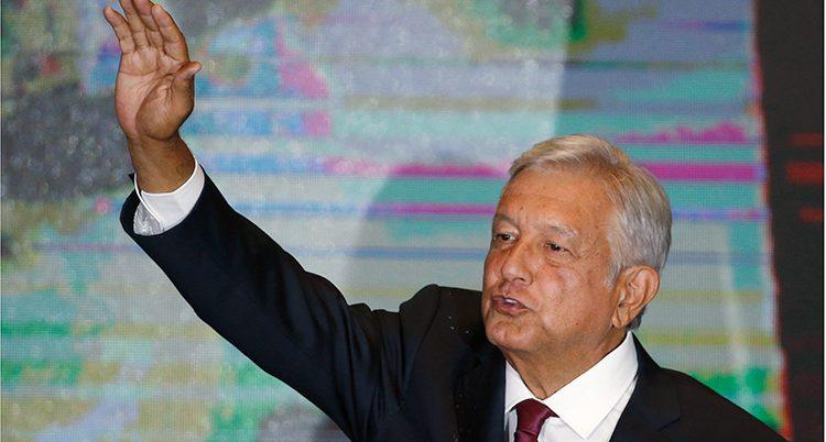 Andrés Manuel López Obrador vinkar till sina anhängare.