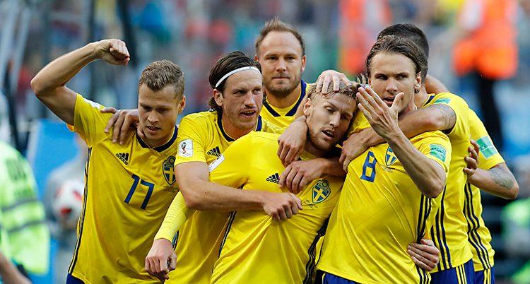 Glada svenskar kramar varandra