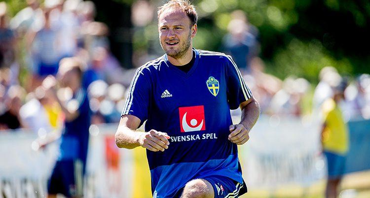 En bild på Andreas Granqvist i blå fotbollströja.
