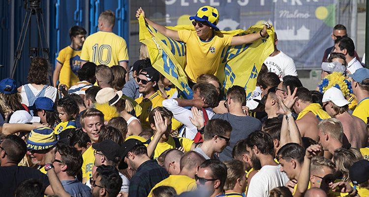 Supportrar i gult och blått kramas.