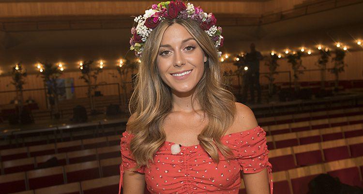 Bianca Ingrosso med en blomsterkrans runt huvudet.