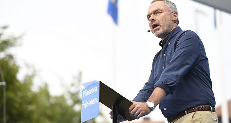 Jan Björklund lutar sig över talarstolen i Almedalen.