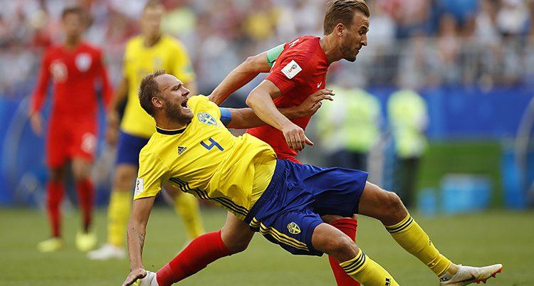 Andreas Granqvist faller i en närkamp mot Harry Kane.