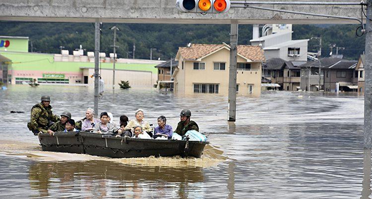 Gamla människor räddas i en båt