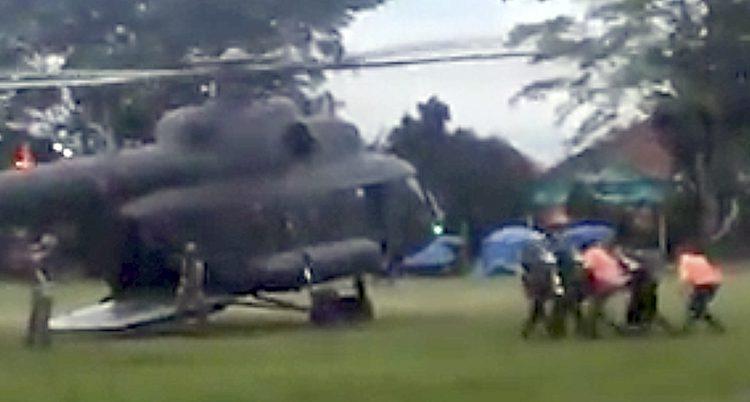 Helikoptern ska köra pojkarna till ett sjukhus