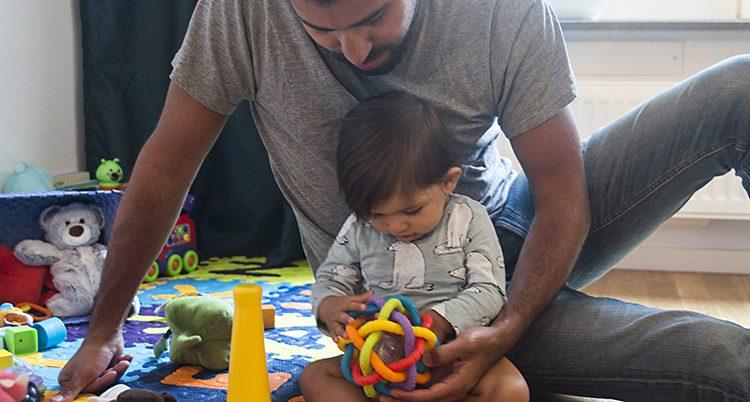 En pappa leker med sin dotter