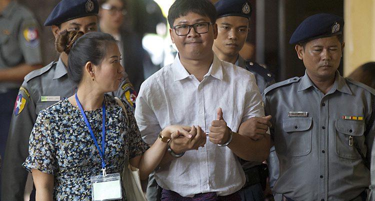 Journalisten Wa Lone på väg till rättegången.