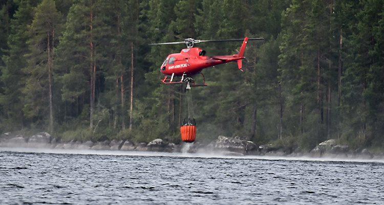 En helikopter fyller på vatten