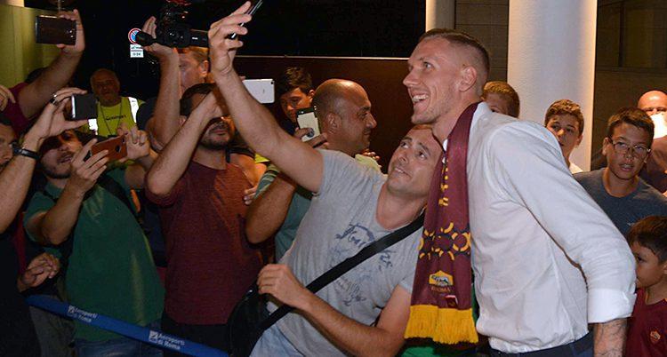 Robin Olsen med Romas fans