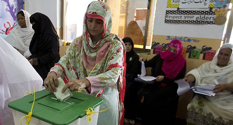 En kvinna röstar i valet i Pakistan
