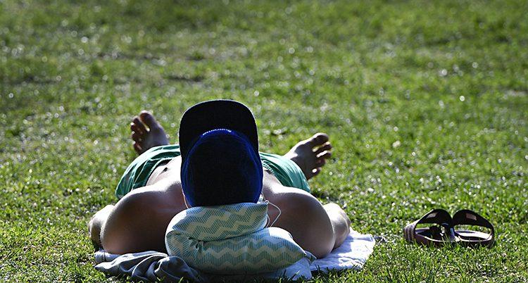 En man solar i en park