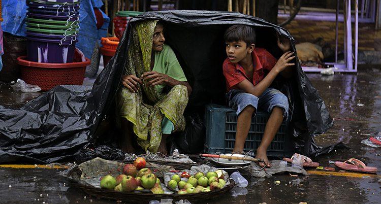 Folk söker skydd för regn
