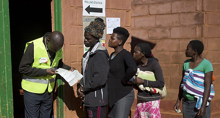 Folk står i kö för att få rösta