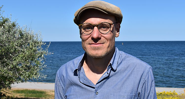 Daniel Lindvall står utomhus i Visby.
