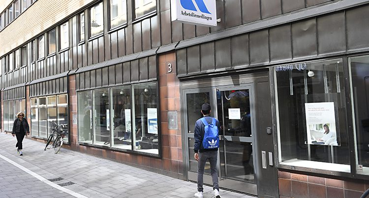 En kille går in på Arbetsförmedlingen i centrala Stockholm.