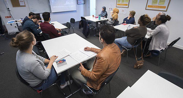 Elever som går i SFI-undervisning. SFI betyder svenska för invandrare.