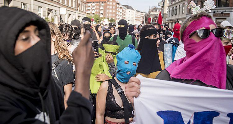 Folk protesterar