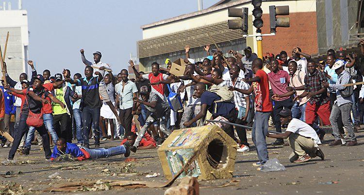 Folk protesterar i Zimbabwe