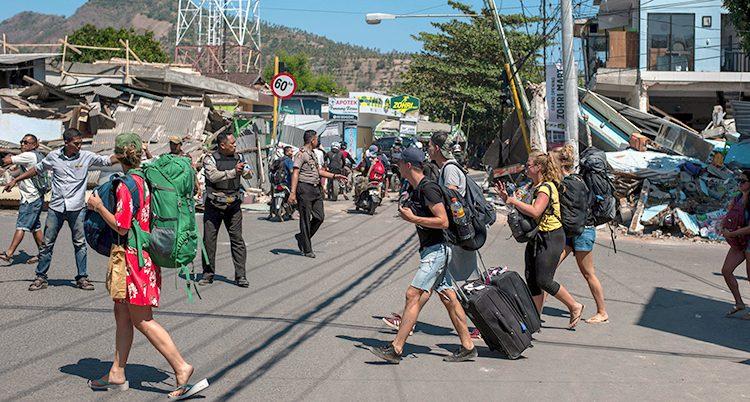 Turister lämnar ön Lombok