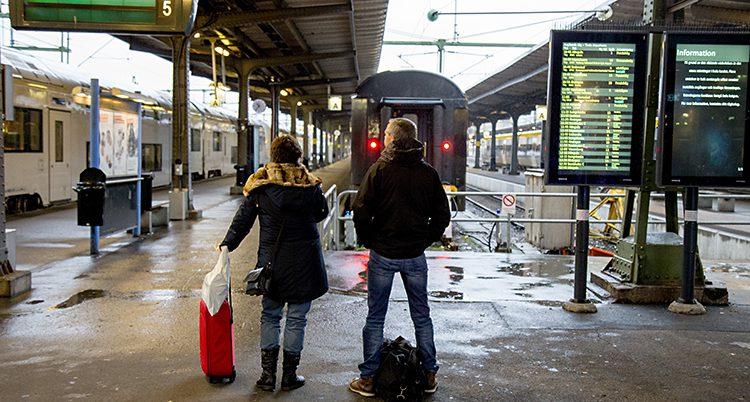 De väntar på ett tåg