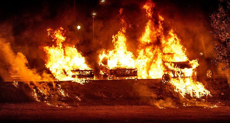 Bilar brinner i Trollhättan.