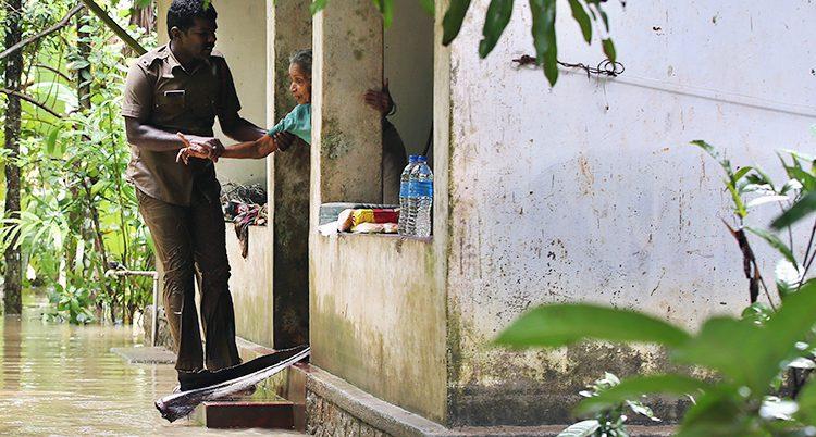En kvinna i Indien får hjälp