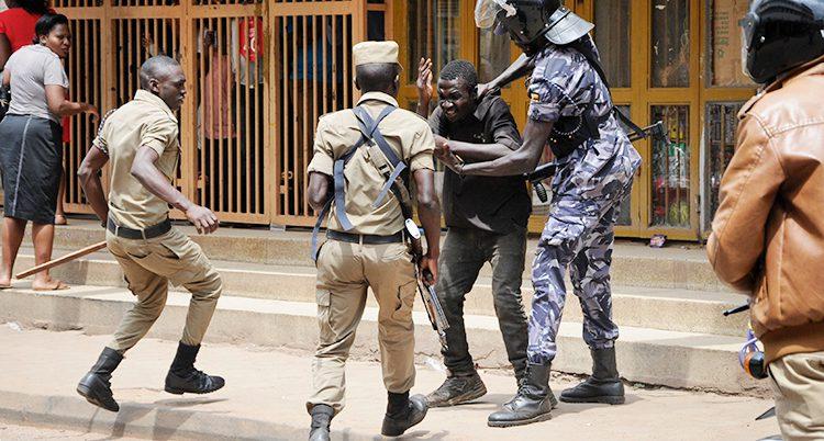 Poliser tar fast en ma