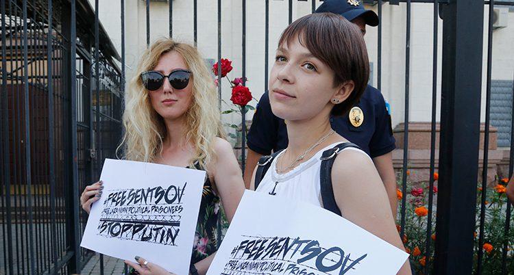 De protesterar