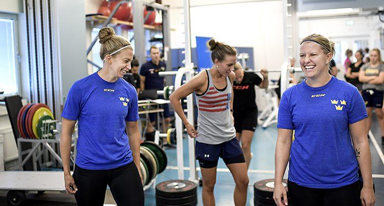Spelarna tränar i ett gym