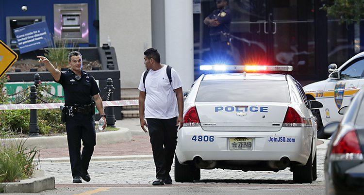 En polis vaktar