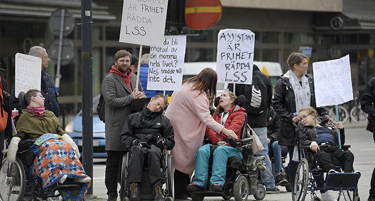 Folk demonstrerar