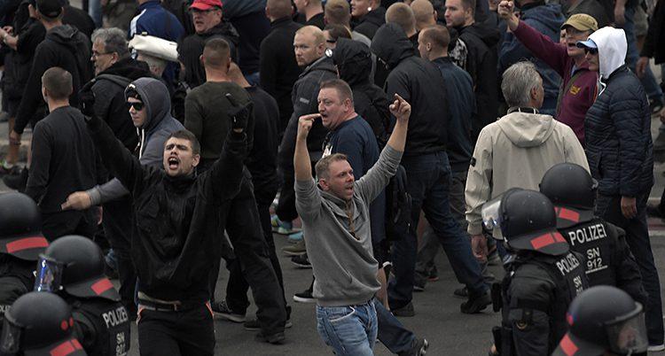Tusentals rasister protesterade