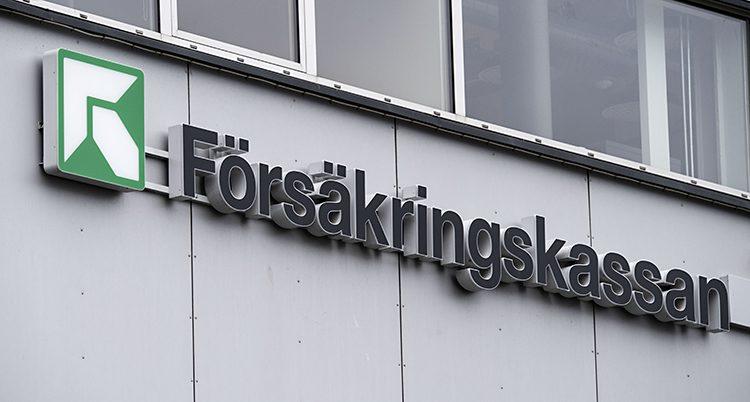 En bild på en grå husfasad med en skylt där det står försäkringskassan.