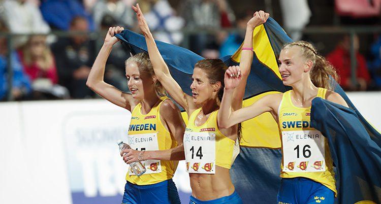 Svenska damer firar segern