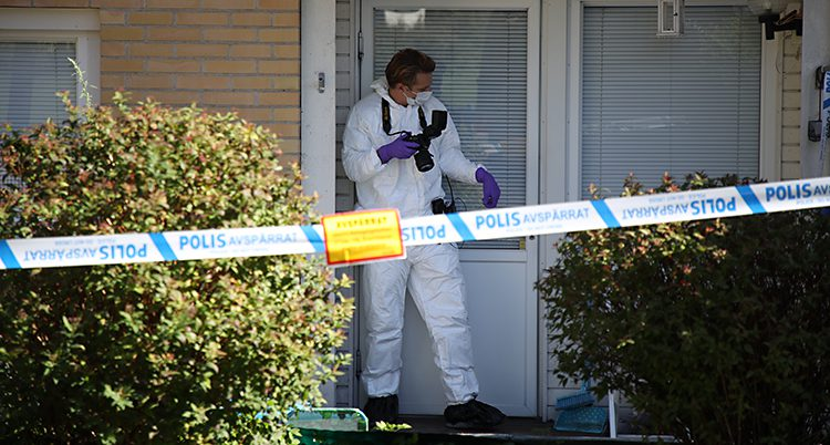 Poliser undersöker lägenheten