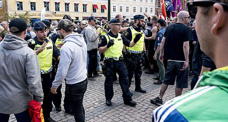 Poliser vaktade vid mötet