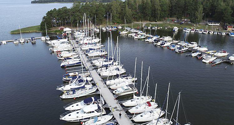 En hamn med båtar.